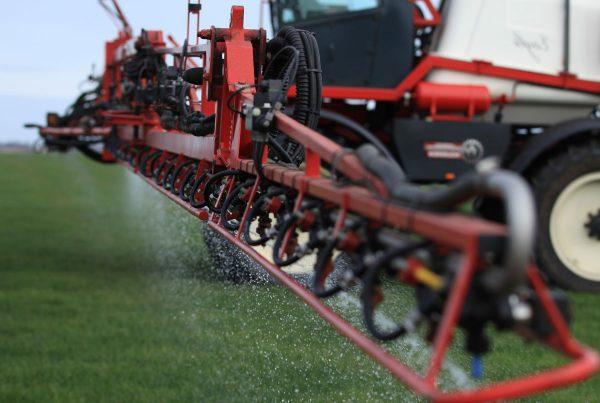 Toediening van vloeibare meststoffen door veldspuit op grasland